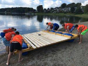 Das fertige Floß wird zu Wasser gelassen.
